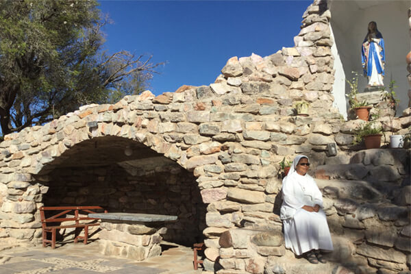 Hierdie is die grot wat snags verlig word en is glo sonder vergoeding deur mans uit die gemeenskap gebou.